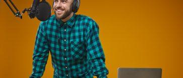 broadcastnews.gr radio broadcaster working in studio