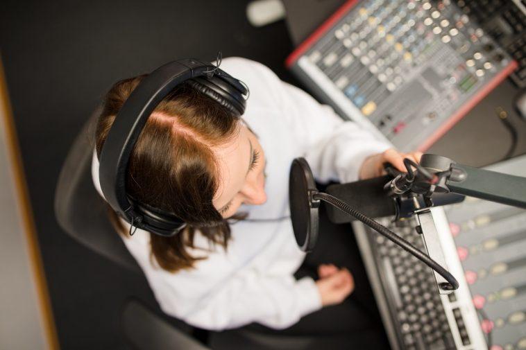 broadcastnews.gr radio jockey using microphone